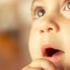W jakim języku mówić do dziecka?
